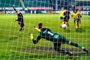 Glenn Bijl schiet in de 88ste minuut de 1-2 binnen voor FC Emmen.