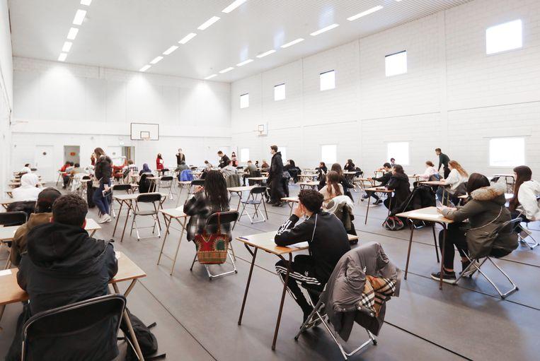Examen in de sportzaal van het Marcanti College. Beeld Eva Plevier