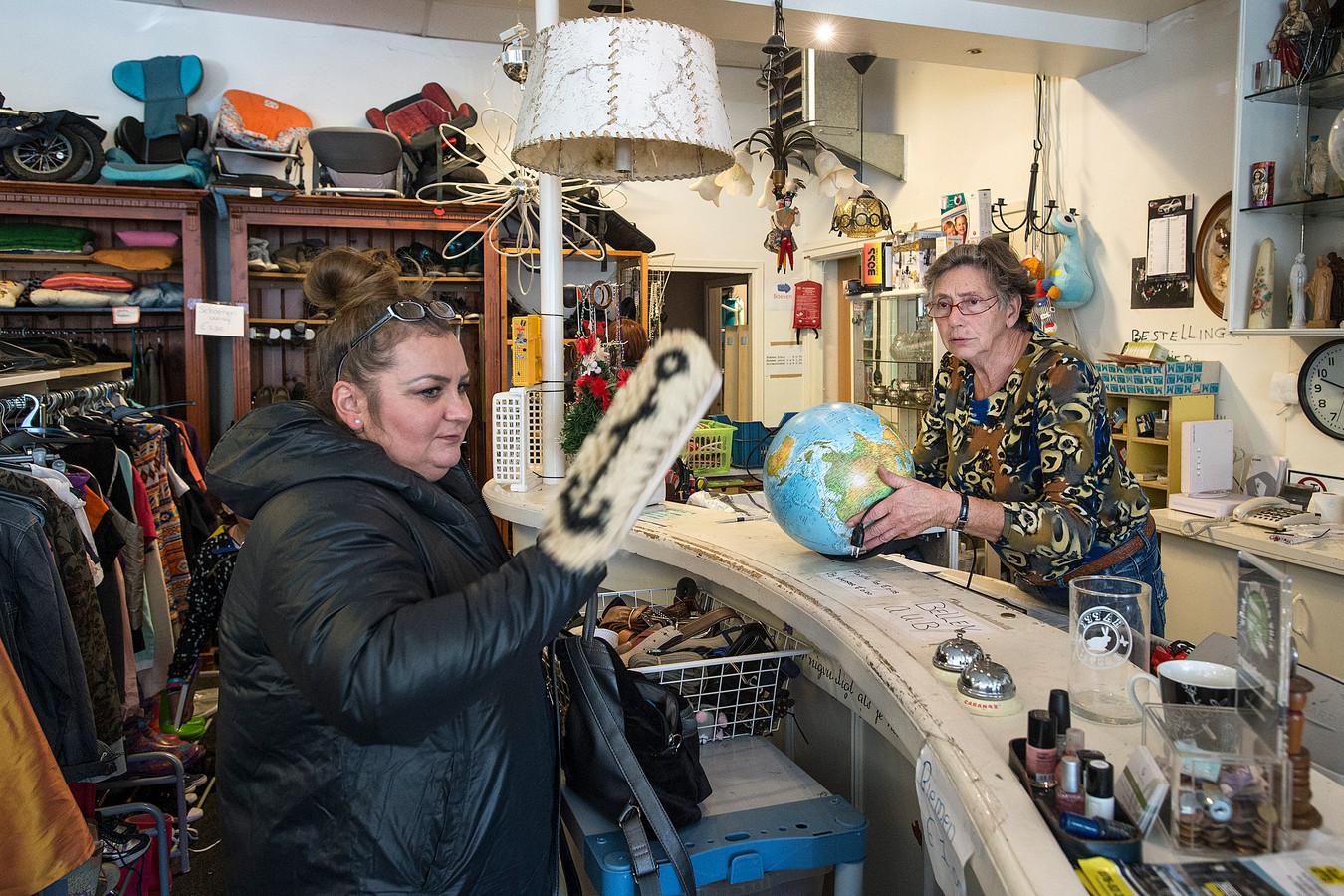 De kringloopwinkel is hot. Klanten weten de zaken, zoals deze in de Oranjeboomstraat, goed te vinden.