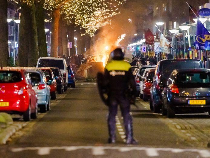 Een grote groep jongeren zoekt de confrontatie met de politie op de Beijerlandselaan en bekogelt de aanwezige politie met stenen en vuurwerk.