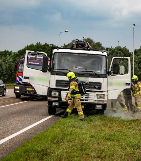Vrachtwagen vliegt in brand op oprit A348