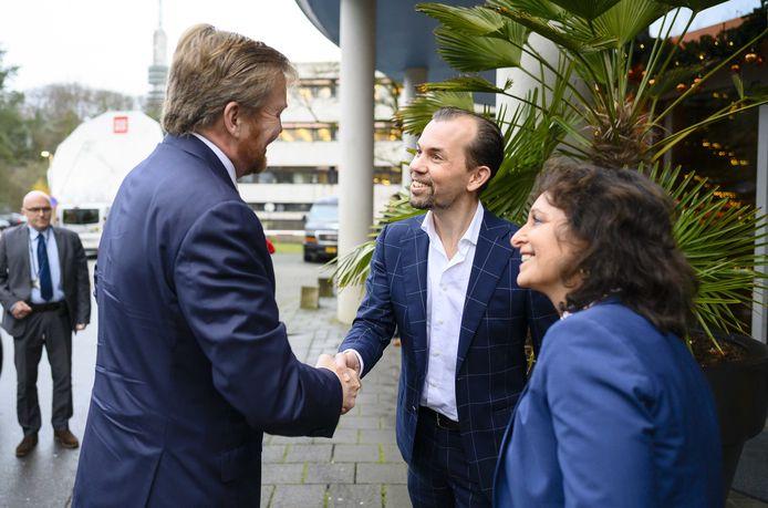 Koning Willem-Alexander en directeur Jurre Bosman en bestuursvoorzitter Shula Rijxman.