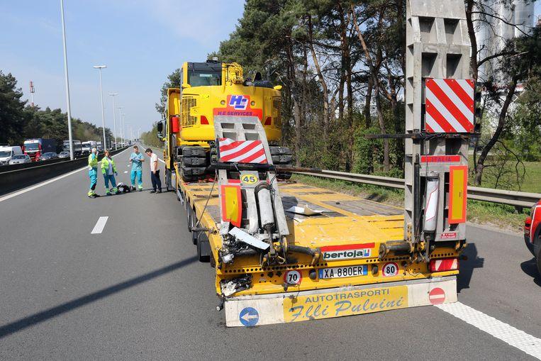 De vrachtwagen die in Geel-Oost eerst werd aangereden.