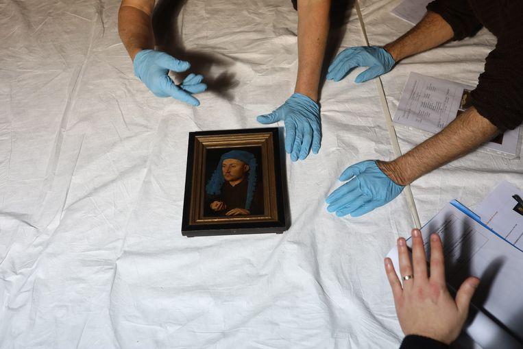 Met grote voorzichtigheid wordt een Van Eyck uitgepakt. Beeld RV David Levene