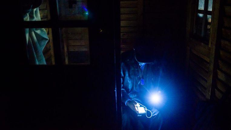 Overal moeten mensen in het donker werken, eten en leven, door de stroomrantsoeneringen van Eskom. Beeld getty