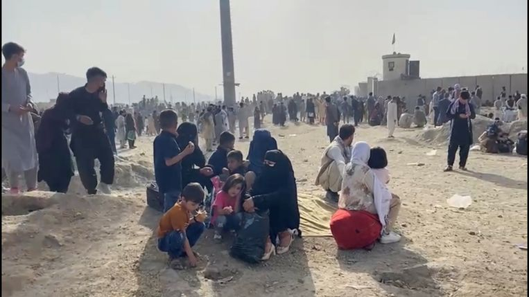 Aan de luchthaven zijn honderden mensen toegestroomd in de hoop te ontsnappen aan de taliban. Beeld via REUTERS