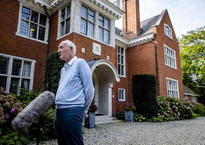 Informateur Johan Remkes staat de pers te woord op landgoed De Zwaluwenberg voorafgaand aan de voortgang van de formatiegesprekken. De onderhandelaars praten twee dagen op het landgoed over de vorming van een nieuwe regering.