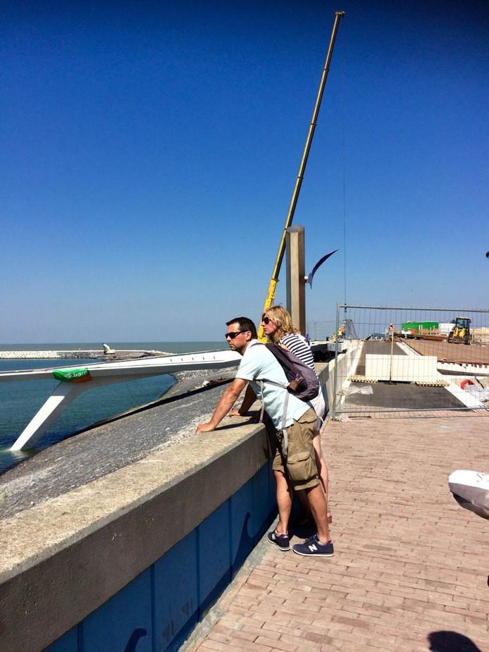 De vele toeristen in Cadzand-Bad lijken de bouwactiviteiten als een attractie te zien.
