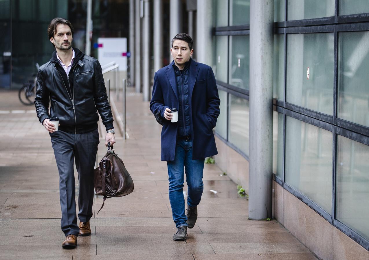 YouTuber Jeroen Holtrop (R) en advocaat Sebas Diekstra arriveren bij de rechtbank.