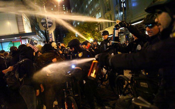 Agenten in Seattle spuiten pepperspray op de betogers.