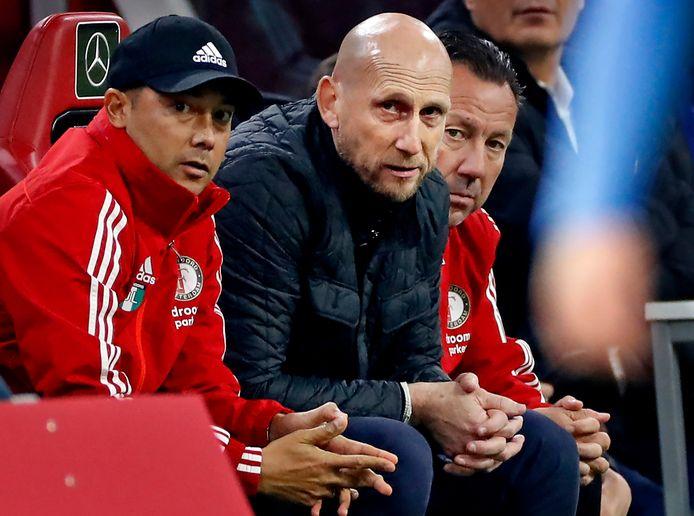 Jaao Stam en zijn assistenten Denny Landzaat en Jean-Paul van Gastel zien het misgaan met Feyenoord in Amsterdam.