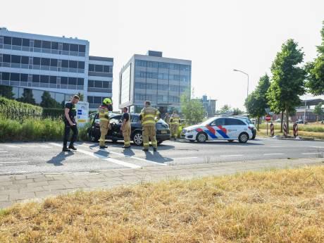 Automobilist botst tegen verkeersbord en reclamebord; politie moet pepperspray gebruiken om hem te overmeesteren