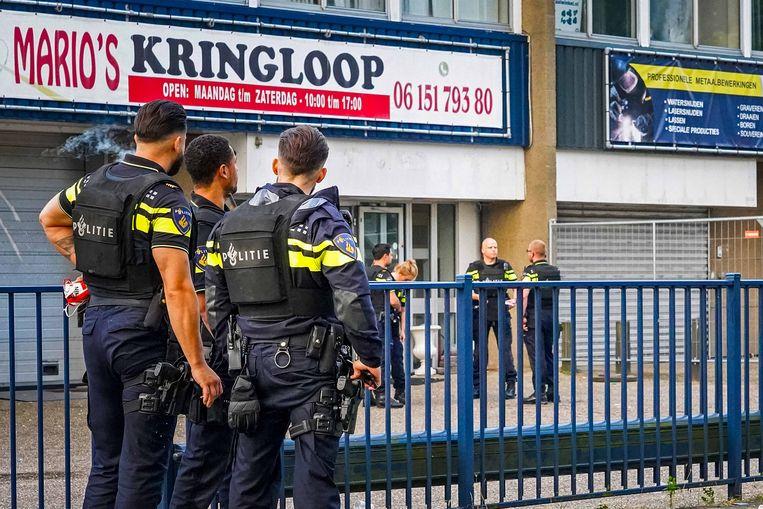 Politie bij een bedrijfspand aan de Stekkenbergweg in Amsterdam-Zuidoost.  Beeld Novum RegioFoto