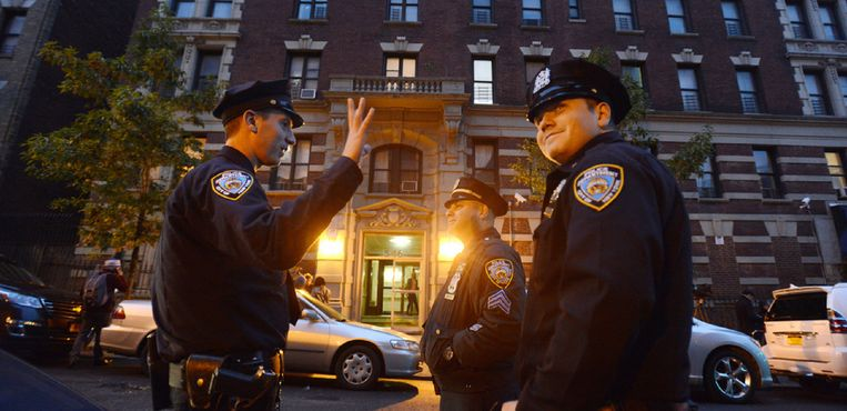 Police officers stood outside the apartment of Dr. Craig Spencer on West 147th Street in Harlem on Thursday. Beeld Jennifer S. Altman for The New York Times