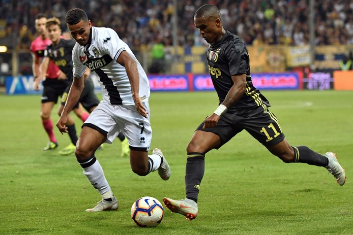 Alessio Da Cruz (l) in actie namens Parma in 2018.