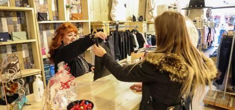 Wanhopige Bert is ten einde raad en gooit zijn modewinkel in Apeldoorn open: 'Laat de boa's maar komen'