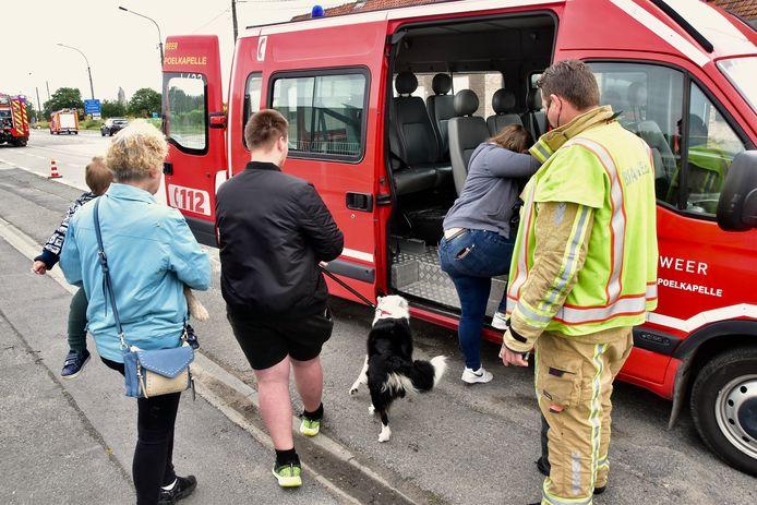 Door het gaslek op het kruispunt van de Brugseweg met de Zonnebeekseweg in Langemark werden de bewoners van zeven huizen geëvacueerd. Onder hen een gezin met een klein kindje en drie honden dat in een brandweerbusje naar het gemeentehuis werd overgebracht.