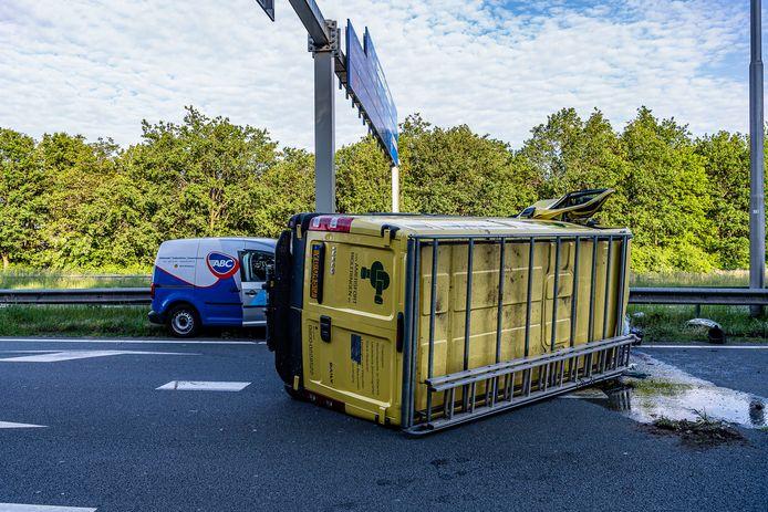 Bestelwagen slaat over de kop op Blaakweg Tilburg.