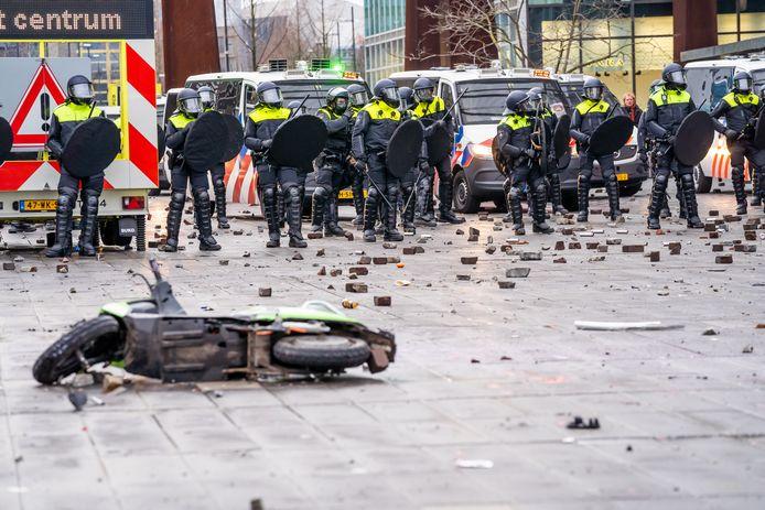 Chaos tijdens de zware rellen in Eindhoven op 24 januari. Relschoppers bekogelen de ME met stukken straatsteen, golfballen en vuurwerk.