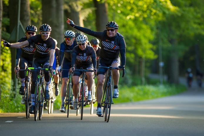 'Rechtsss!'. Heldere communicatie, het belangrijksteom veilig in een groep te kunnen fietsen.