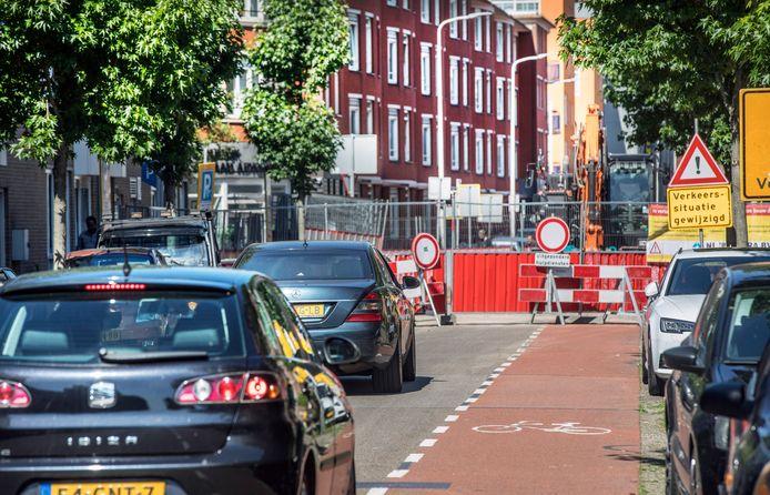 De afsluiting van de Hoefkade leidt tot chaos in de wijk. Veel automobilisten proberen nu via verschillende sluiproutes op hun bestemming te komen. Sommigen rijden zelfs tegen het verkeer in, met gevaarlijke situaties tot gevolg.