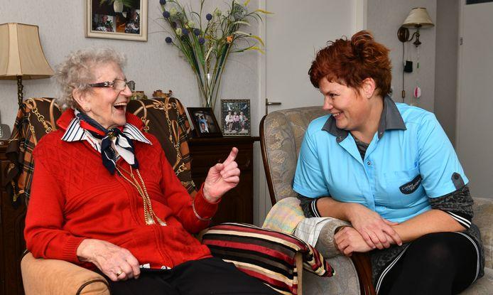 Zorgverleenster Carintreggeland Geke Tempert bij de 93 jarige mevr. Bolink - Nijkamp in centrum Holtick Wierden