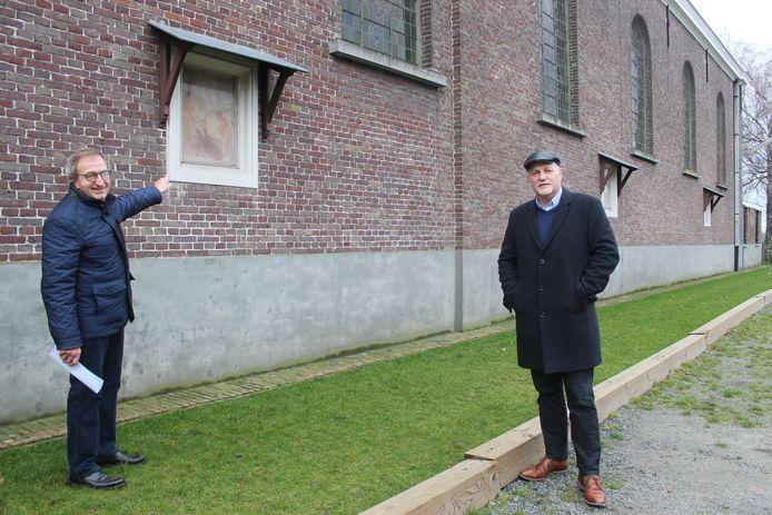Arsène Welvaert van de kerkfabriek Wippelgem en gedeputeerde Kurt Moens van de provincie, komen de ommegang bekijken.