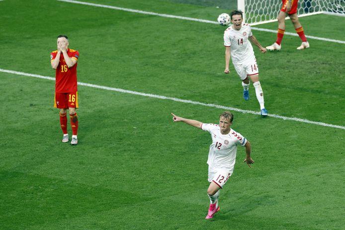 Kasper Dolberg viert zijn tweede treffer tegen Wales.
