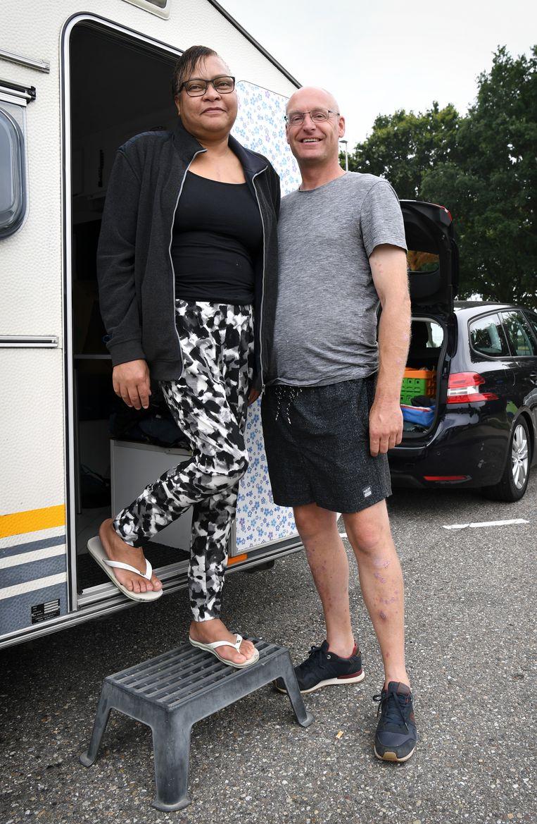 Nurilla Maletzki en haar vriend Chris Huizen, op weg naar Zeeland via de ring bij Antwerpen:  'Zijn we toch nog in het buitenland geweest.'  Beeld Marcel van den Bergh / de Volkskrant