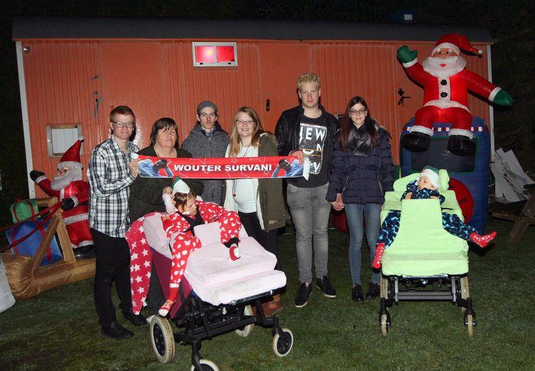 De familie Hoefkens poseert aan de woonwagen die Kenneth heeft ingericht voor Kjenna en Kenzo.