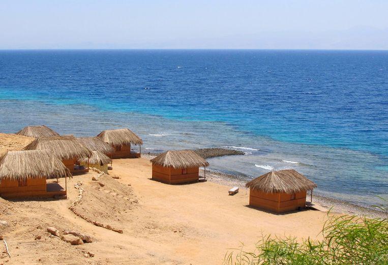 Het strand bij Nuwaiba, een populaire badplaats in Egypte. Beeld null
