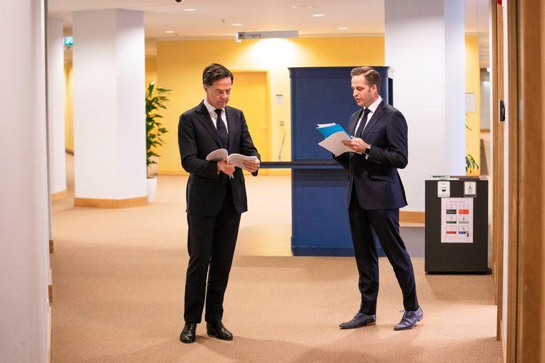 Hugo de Jonge en Mark Rutte voor aanvang van de persconferentie. Beeld Freek van den Bergh / de Volkskrant