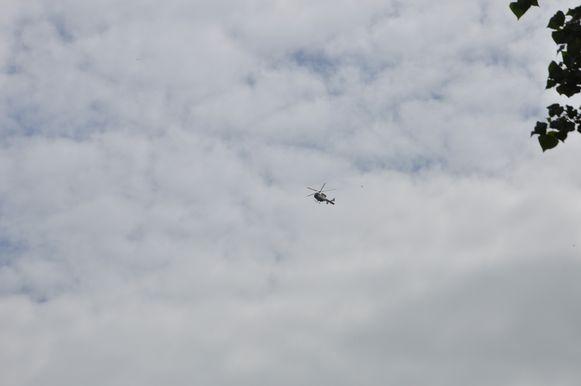 De politie kreeg bijstand van een helikopter.