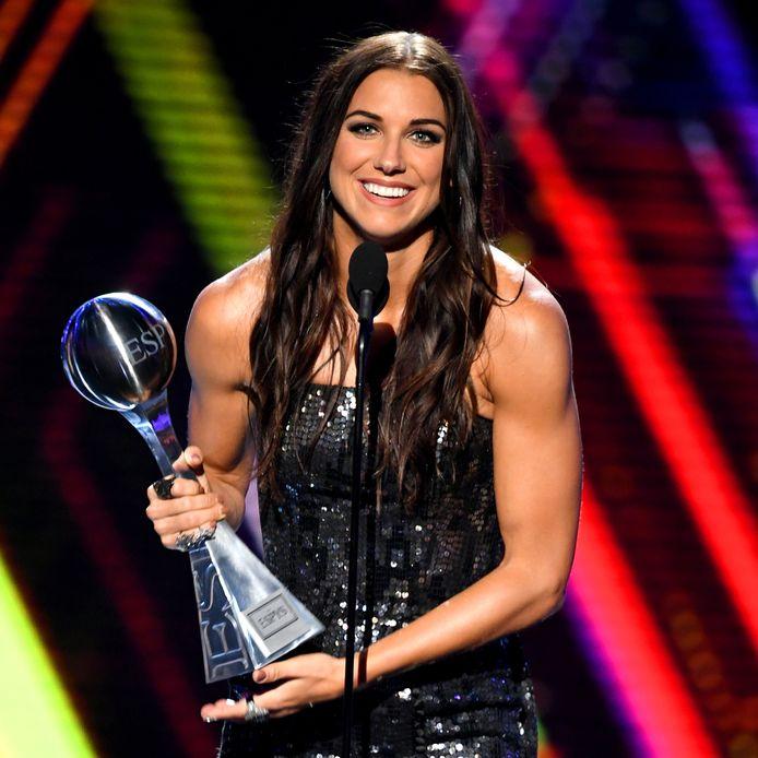 Alex Morgan met de Best Female Athlete Award bij de ESPY-awards in Los Angeles.