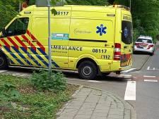 Automobilist schept scooterrijder in Beek