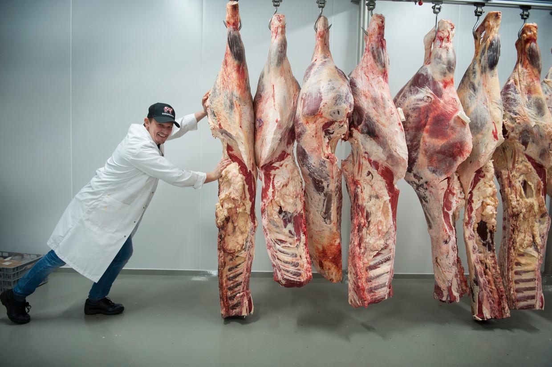 Hendrik Dierendonck met karkassen in beenhouwerij Dierendonck in België, waar op ambachtelijke wijze met vlees wordt omgegaan. Beeld null
