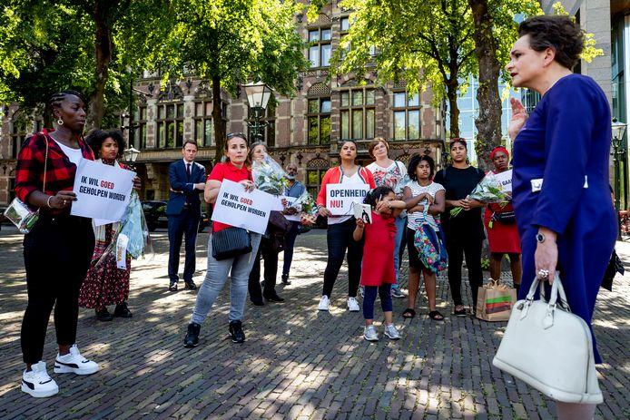 Staatssecretaris Alexandra van Huffelen van Financiën ging vorig jaar op het Plein in gesprek met gedupeerde ouders van de toeslagenaffaire.