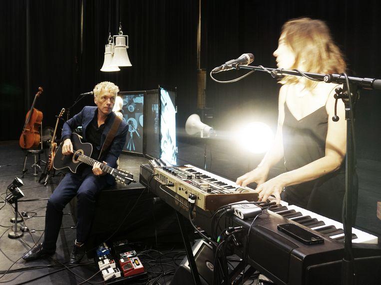 Spinvis en Saartje Van Camp, in de theatervoorstelling 'In werkelijkheid'. Beeld rv