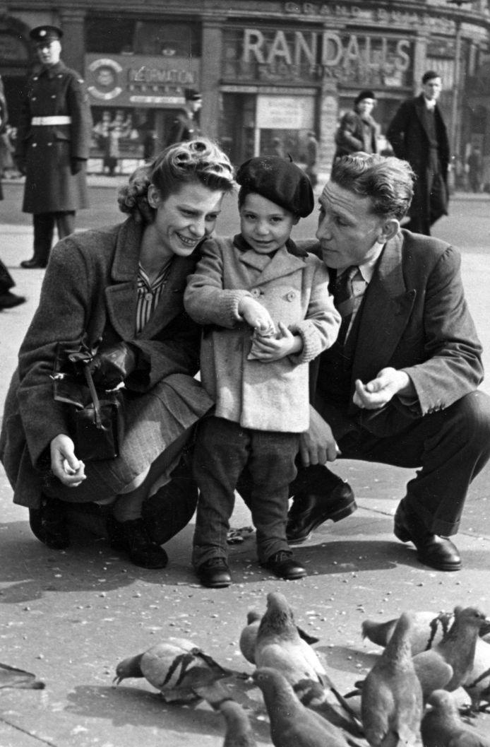Een tweejarige Charles Robert 'Charlie' Watts met zijn moeder Lillian en vader Charles in Piccadilly Circus in 1943. Charlie werd 'Charlie Boy' genoemd, terwijl zijn vader 'Charlie' werd genoemd.