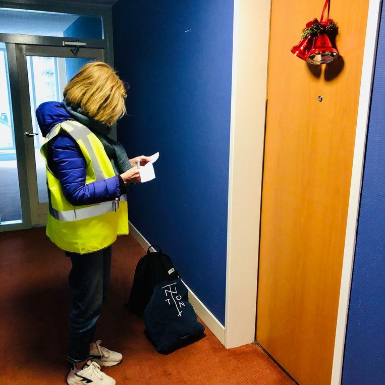 Beleidsambtenaar Inge van der Heiden kijkt op haar lijstje 80-plussers. Beeld