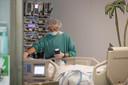 Een Spaanse verpleegkundige aan het werk op de intensive care.