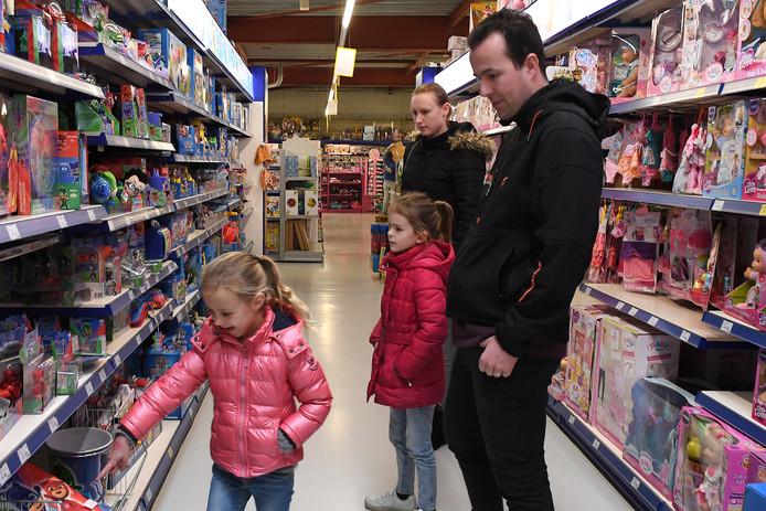 Een laatste keer speelgoed kopen met de kinderen in de Cuijkse ToyChamp, een van de grootste speelgoedwinkels in de wijde regio.