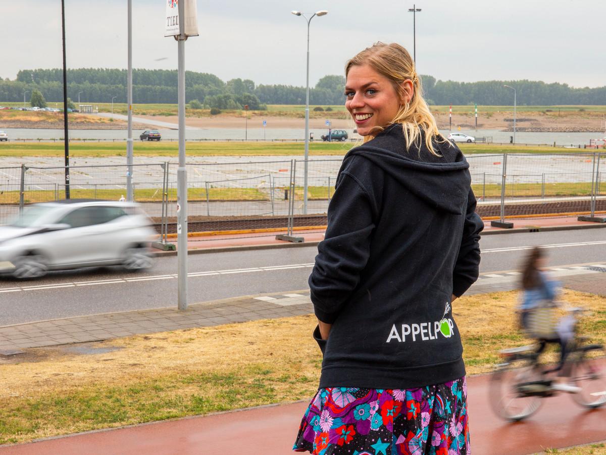 Marloes Veerkamp bij de Waalkade, in september staat ze daar achter de infobalie op Appelpop.