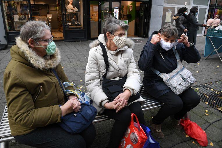 De eerste dag van mondkapjesplicht in publieke binnenruimte. In het centrum van Rotterdam blijken er weinig weigeraars. Beeld Marcel van den Bergh / de Volkskrant