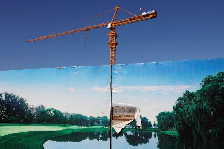 Een bouwlocatie voor een luxueus wooncomplex in Peking. Het is een project van de Evergrande Group, die in financiële problemen zit.  Beeld REUTERS