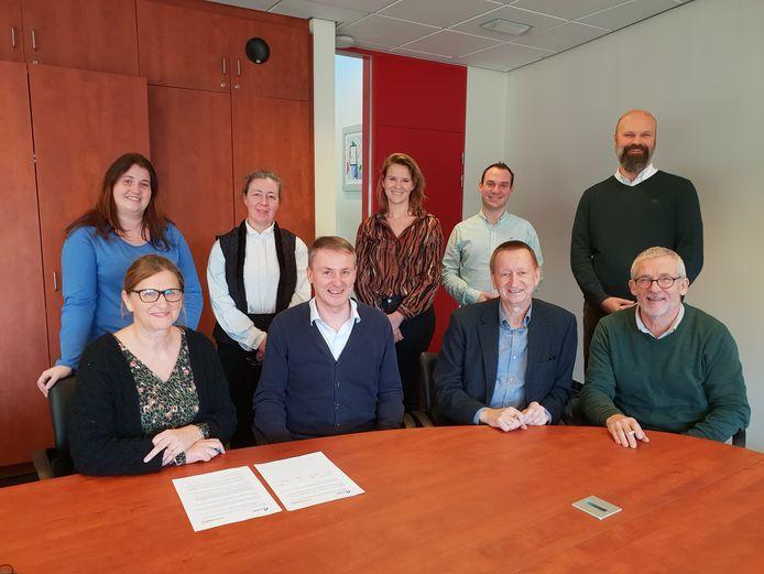 Het bestuur van Hulshout en de uitbaters van woonzorgcentrum De Winde tekenen de intentieverklaring.