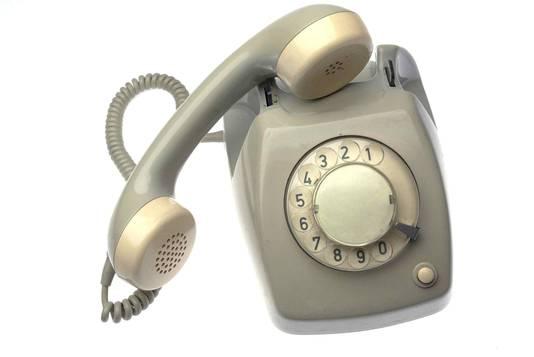 Zo'n 500.000 mensen bellen nog via een koperen draadje. KPN (het oude PTT) vraagt daar 61 euro per twee maanden voor, terwijl vast bellen in combinatie met internet en tv-signaal al voor 1 euro per maand is te verkrijgen