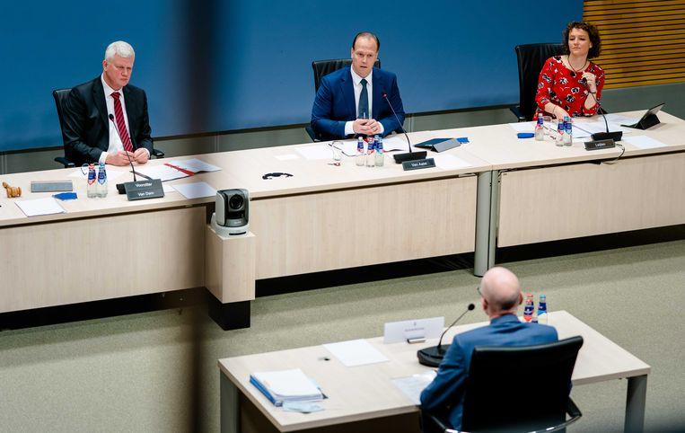 Chris van Dam (voorzitter, CDA), Roy van Aalst (PVV, midden) en Renske Leijten (SP, rechts) tegenover Marcelis Boereboom, voormalig directeur-generaal bij het ministerie van sociale zaken en werkgelegenheid. Beeld ANP