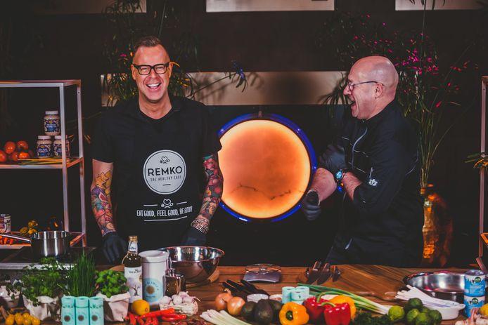 Remko Schippers (links) en Jurgen Wijma koken samen met hun publiek een driegangendiner.