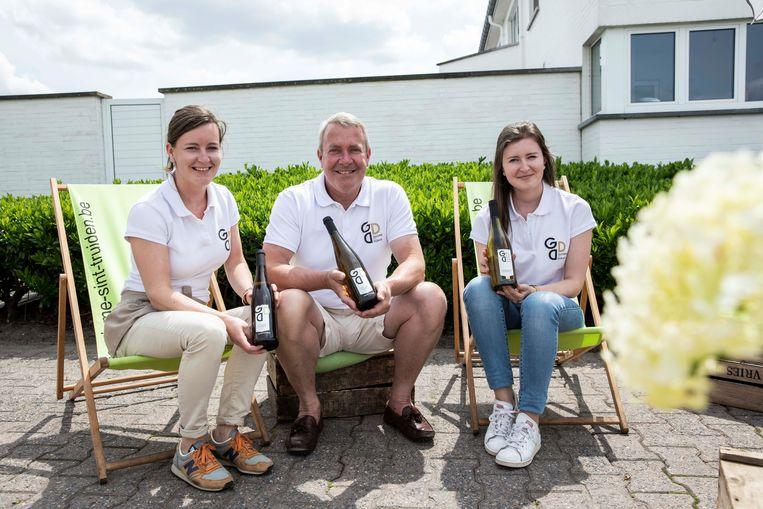 Peter Nijskens presenteert samen met zijn dochters Laura en Isaline zijn Limburgse riesling.